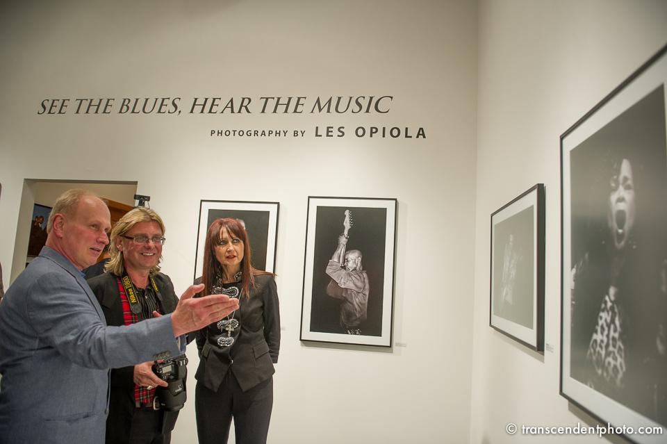 Leszek Opiola tu z prezesem i kuratorką wystawy
