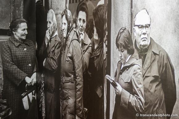 Na marginesie... Polska 1974–1990. Fotografie Stanisława Kulawiaka i Grupy Twórczej SEM / Kolejka
