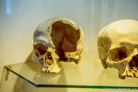 Wewnątrz kaplicy na szklanych, oświetlonych półkach, w zamkniętych gablotach zaprezentowano czaszki poległych podczas wojen husyckich.