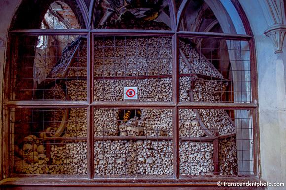 Tak ułożone kości symbolizują niezliczone zastępy ludzkie stające przed tronem Bożym podczas sądu ostatecznego