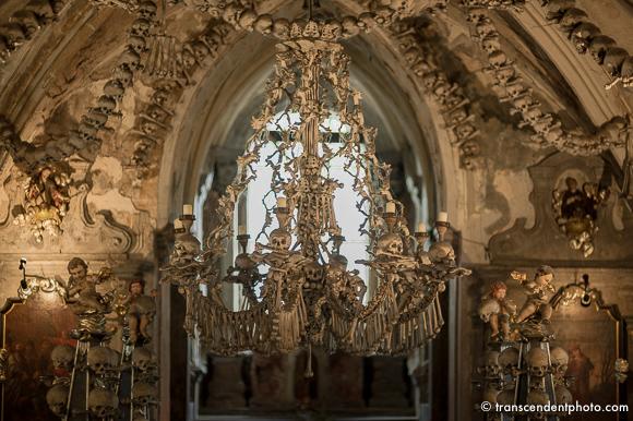 Żyrandol składający ze wszystkich kości budujących szkielet człowieka