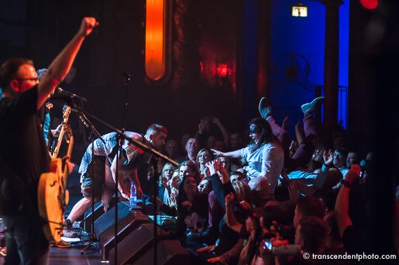 To chyba też po raz pierwszy w historii organizacji polonijnych koncertów muzyk tak wyraźnie wypowiedział się na temat rozgorączkowanej polonijnej publiczności wbiegającej na scenę.