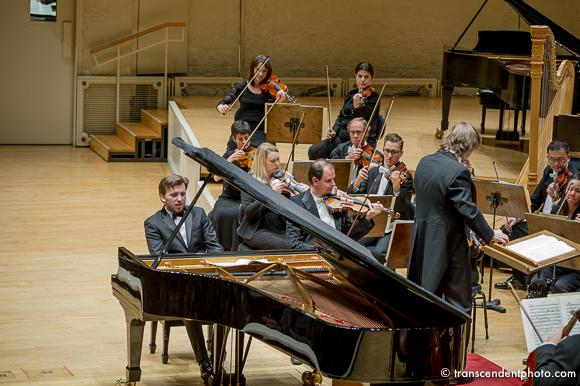W pierwszej części niedzielnego koncertu z towarzyszeniem orkiestry pod batutą dyrektora muzycznego PaSO Wojciecha Niewrzoła wystąpił 29-letni Igor Lipiński.