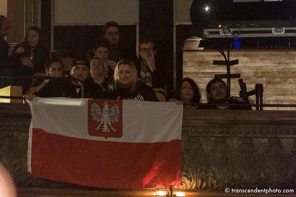 Biało-czerwona flaga wywieszona na balkonie.