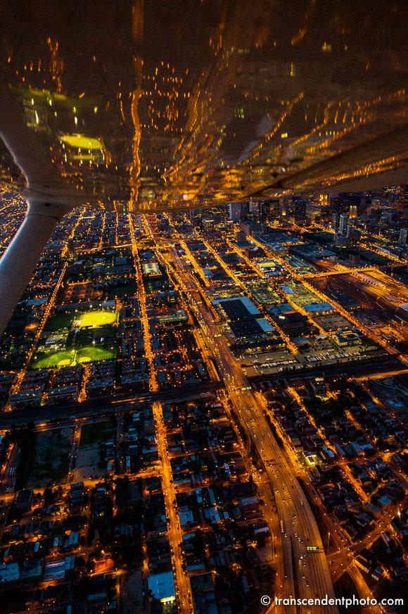 Dystans - skrzydło dotyka ulic, wieżowców, ulicznych świateł.