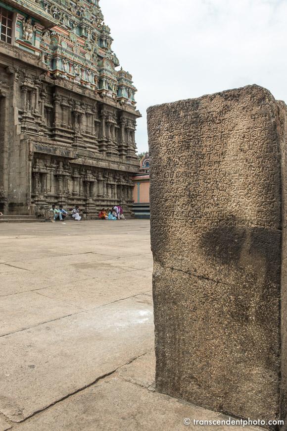 Tenkasi – Historia powstania świątyni spisana jest na kamieniu.