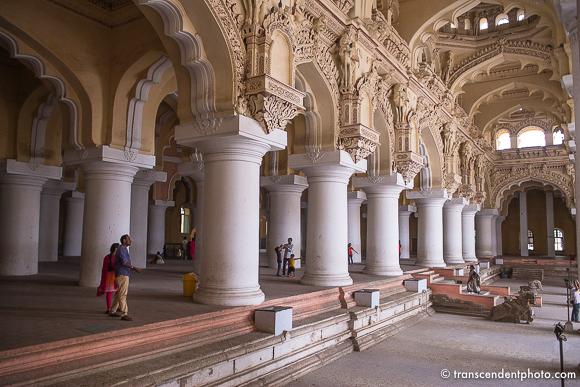 Pałac Thirumalai Nayak (Thirumalai Nayakkar Mahal) – Oprócz iście królewskiej pozostałości po części mieszkalnej oraz sali tanecznej