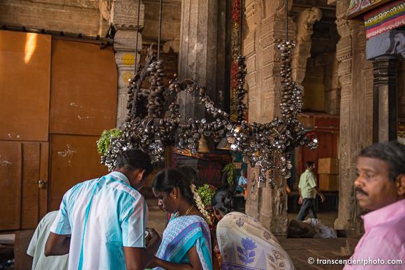 Świątynia Ranganathaswamy – ołtarz przyozdobiony kilkoma setkami jeśli nie więcej metalowych kłódek