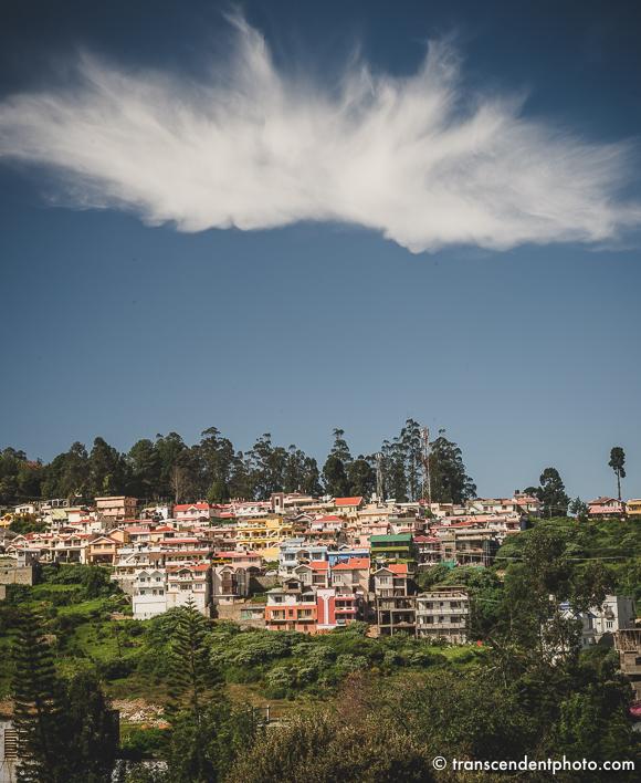 Ooty o poranku – przyglądałem się ciekawie chmurom w kształcie korony zawieszonej nad miastem