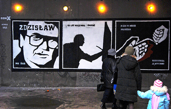 """Piotr Janowczyk, mural pamięci Beksińskiego na warszawskim Służewiu. """"Malować śmierć, żeby choć na chwilę o niej zapomnieć."""""""