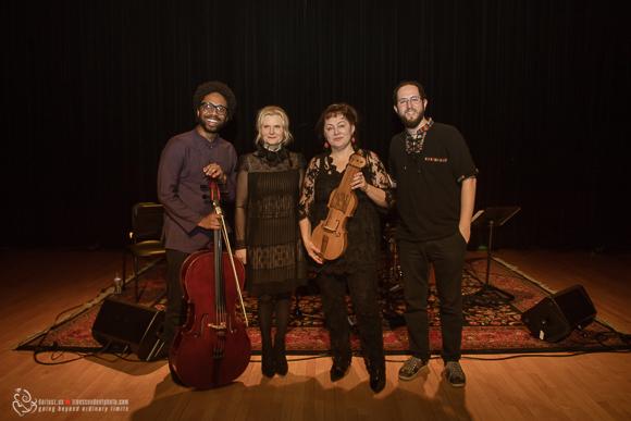 """Tuż po koncercie """"Voice od Suka"""" od lewej: Seth Parker Woods – wiolonczela, Grażyna Auguścik – pomysłodawczyni festiwalu, Maria Pomianowska – suka biłgorajska, Juan Pastor – instrumenty perkusyjne."""