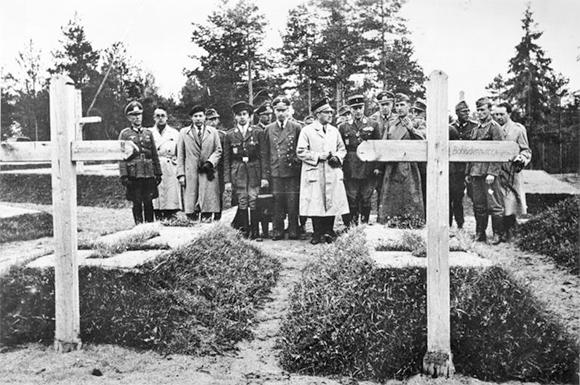Ambasador francuski Fernand de Brinon podczas wizyty na miejscu zbrodni w lesie Katyńskim w asyście niemieckich oficerów. Kwiecień 1943