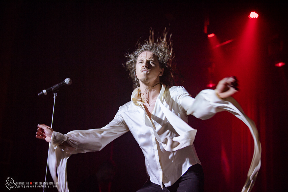 Na zdjęciu Michał Szpak w Chicago podczas koncertu