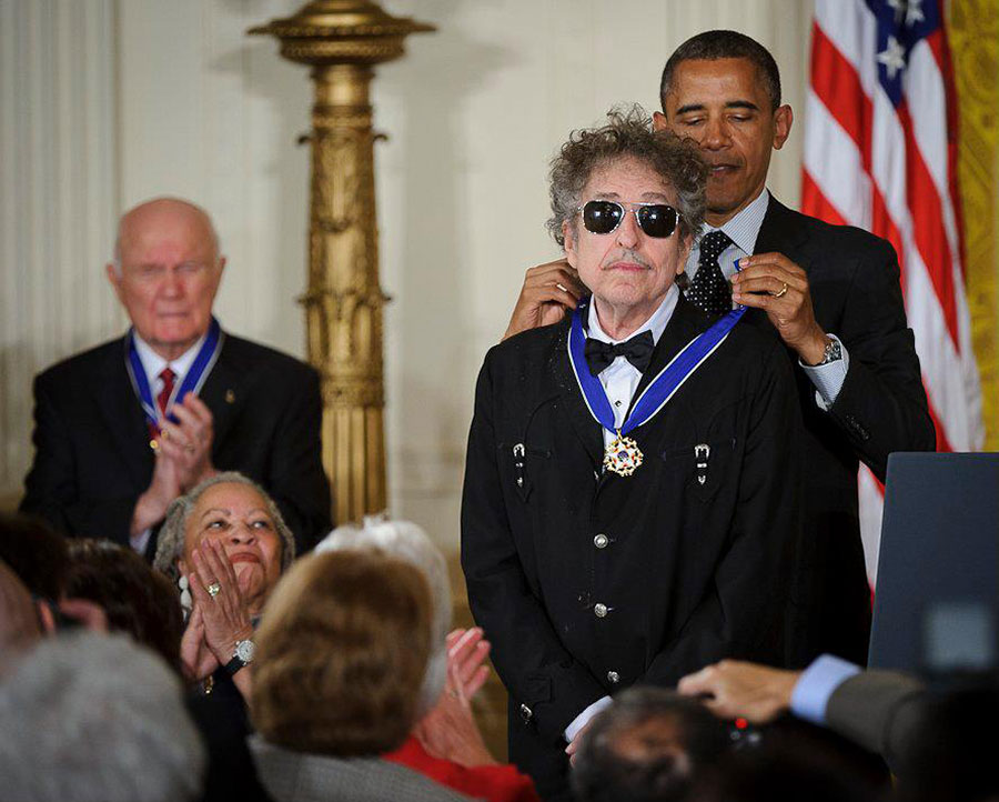 President_Barack_Obama_presents_American_musician_Bob_Dylan_with_a_Medal_of_Freedom