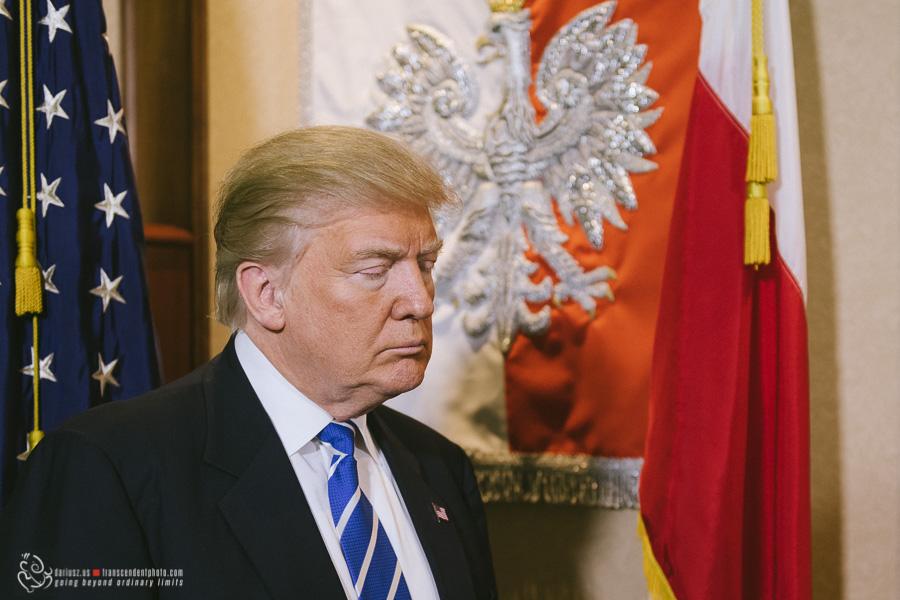 prezydent trump na tle polskiej flagi