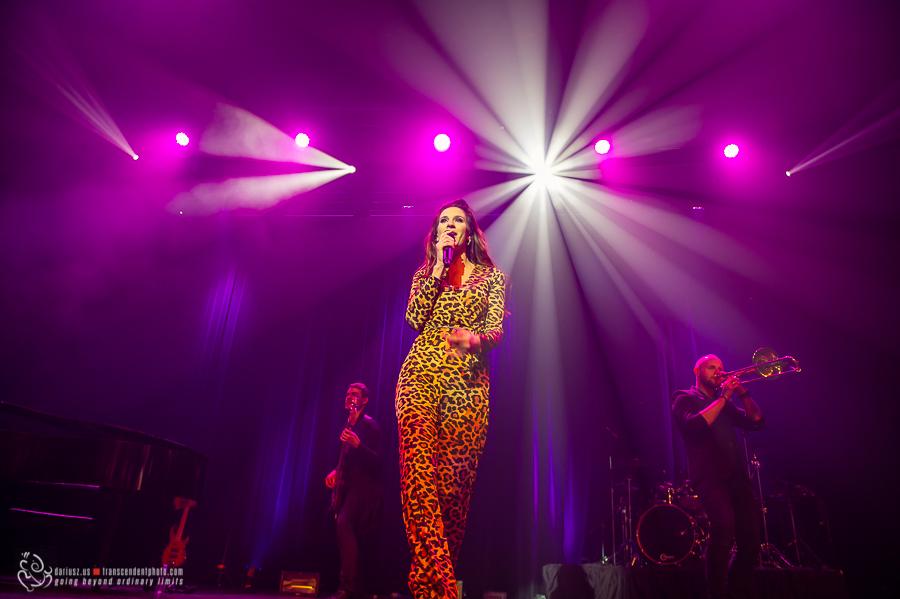 Sylwia Grzeszczak w świetle reflektorów na scenie w Chicago