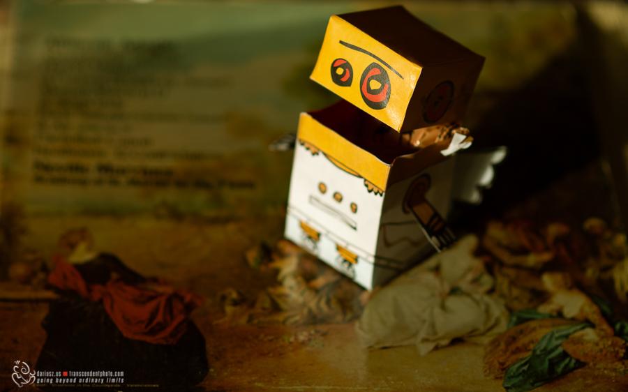 na zdjęciu papierowy robot-kupid, uśmiechnięty z cukierkiem wewnątrz ust