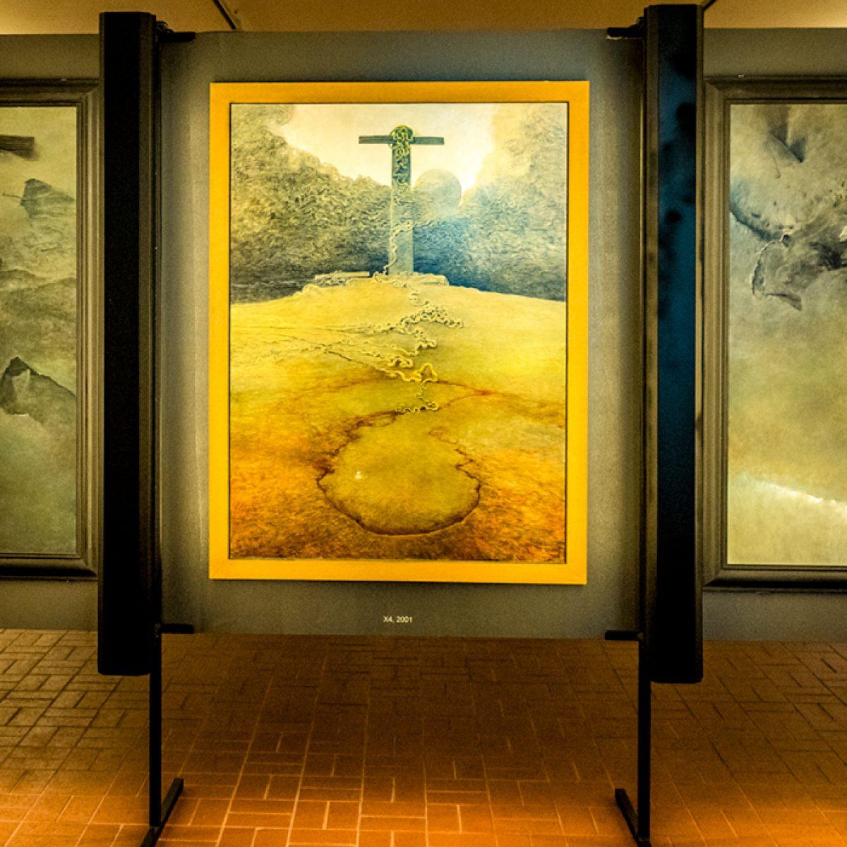 Na zdjęciu trzy obrazy z Galerii Beksińskiego w Sanoku
