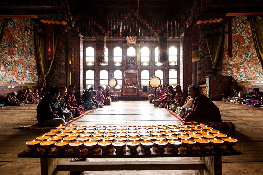 Wnętrze świątyni buddyjskiej w Bhutanie