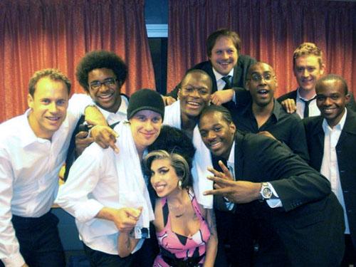 Amy_Winehouse_with_backing_singers_Zalon_and_Heshima_Thompson