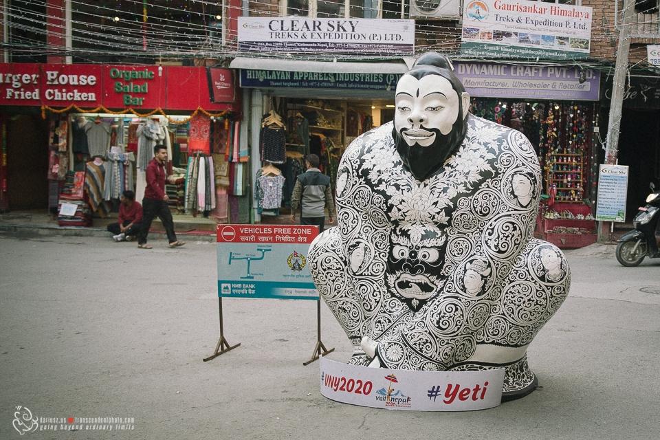 Dzielnica Thamel z figurą Yeti zapraszającą do odwiedzin Nepalu
