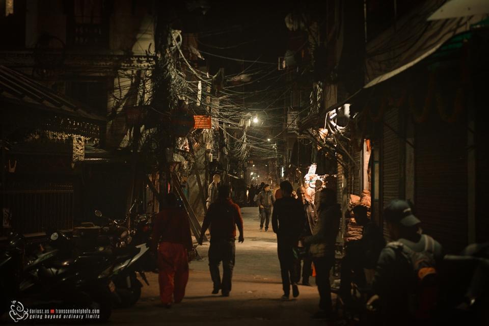 Nocna wędrówka ulicą dzielnicy Thamel