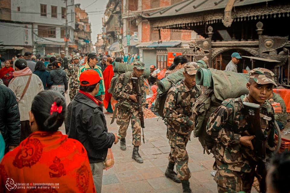 Maszerujący Nepalscy żołnierze wśród tłumu w dzielnicy Thamel