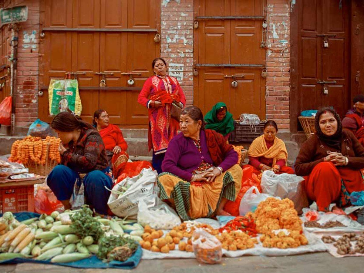 Dzielnica Thamel, kolorowo ubrane kobiety sprzedają warzywa
