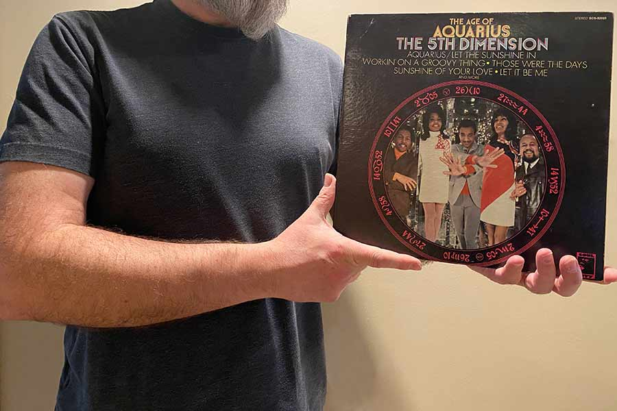 Trzymam okładkę albumu winylowego grupy The 5th Dimension