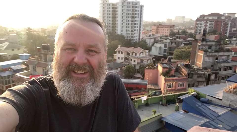 Tak wygląda autor bloga stojąc na dachu hotelu w Kathmandu