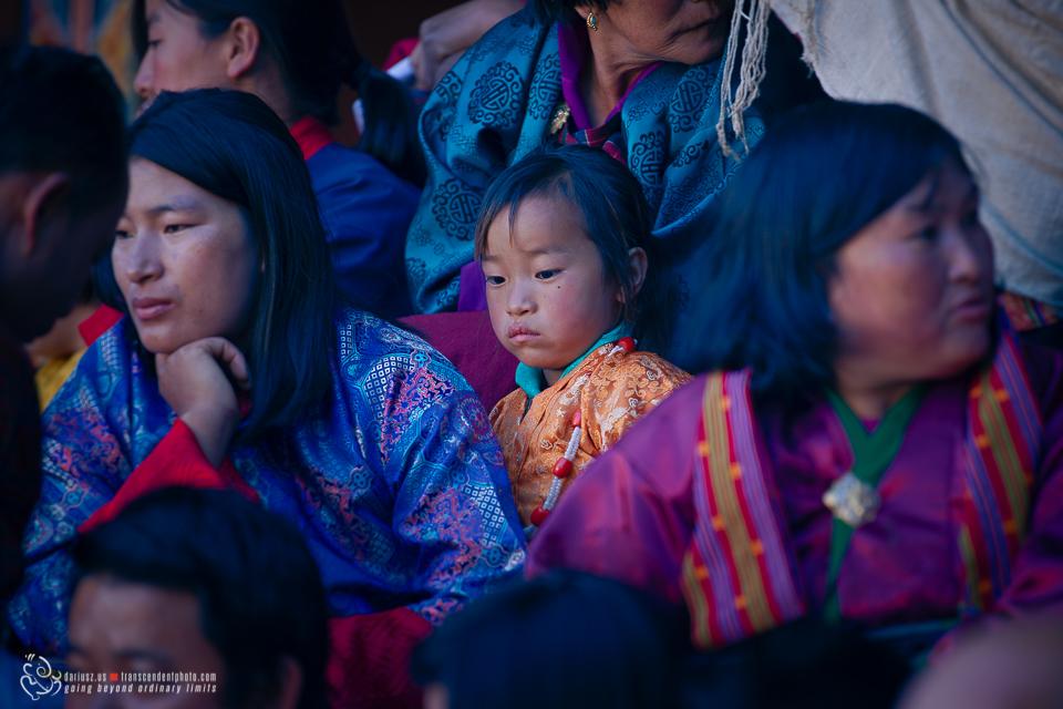 Mama z córką podczas festiwalu czarnoszyich żurawi na dziedzińcu klasztoru