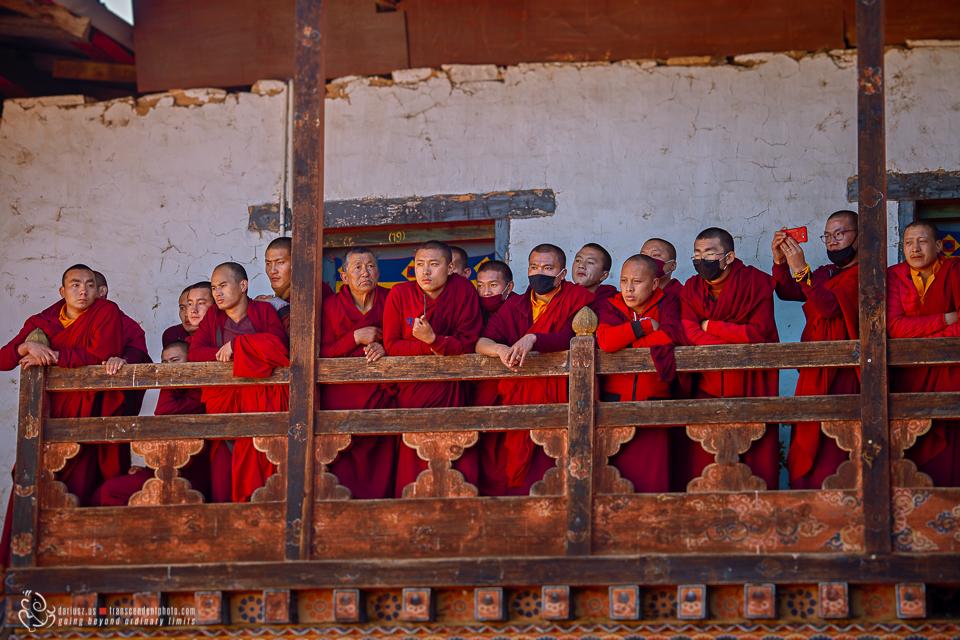 Buddyjscy mnisi na jednym z balkonów nad dziedzińcem klasztoru