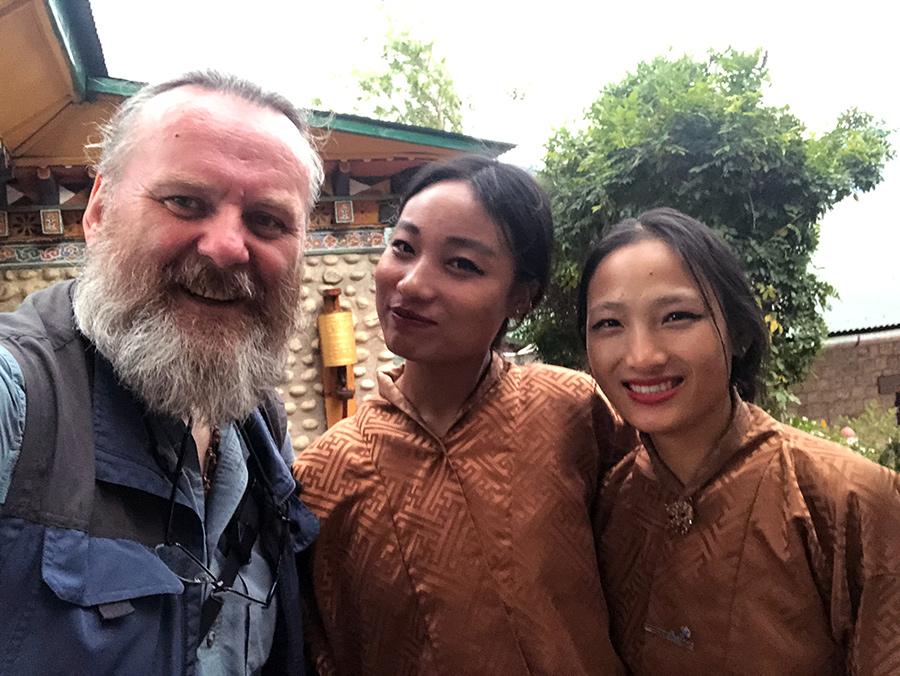 Uśmiechnięte bhutańskie dziewczęta pozują ze mną do zdjęcia.