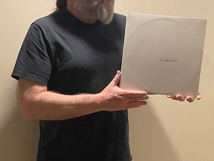 Misiek trzyma w rękach album The Beatles