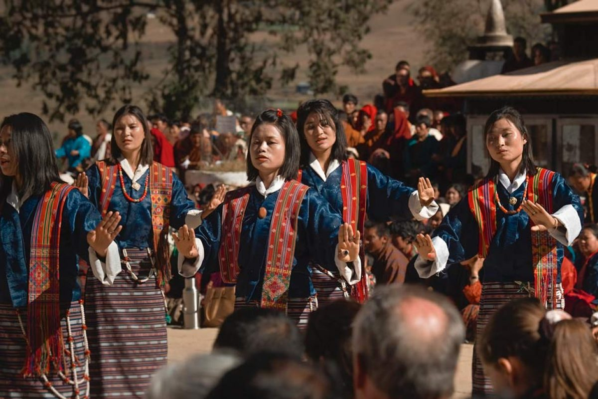 Tańczące kobiety podczas Festiwalu czarnoszyich żurawi