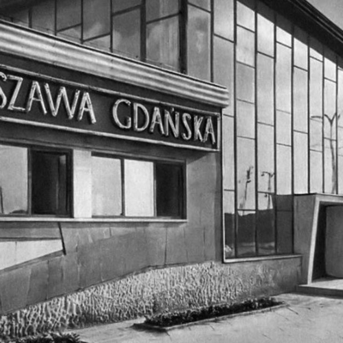Archiwalne zdjęcie przedstawiające wejście do budynku Dworca Kolejowego Warszawa Gdańska