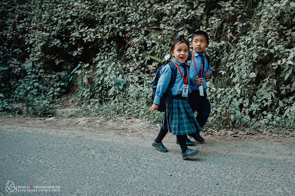 Dzieci w Nepalu idą do szkoły
