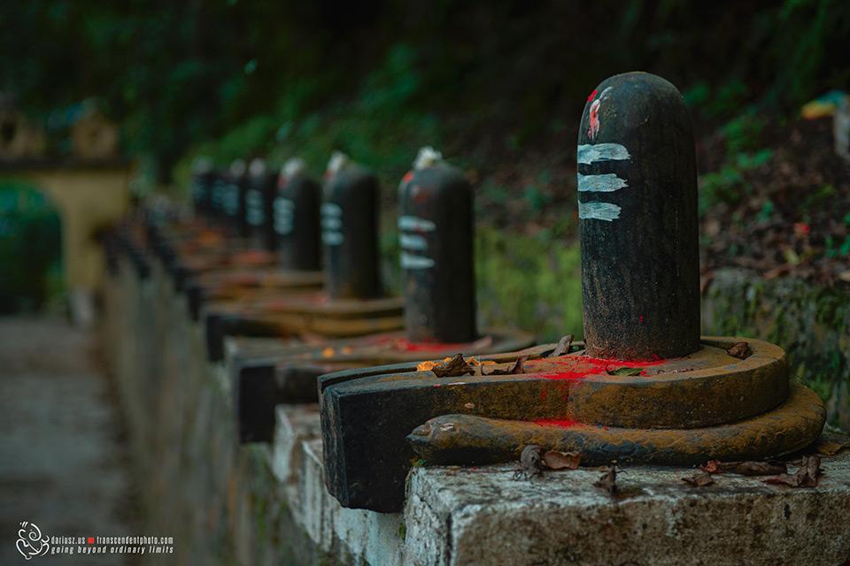 Schody prowadzące do swiątyni z ustawionymi linganami