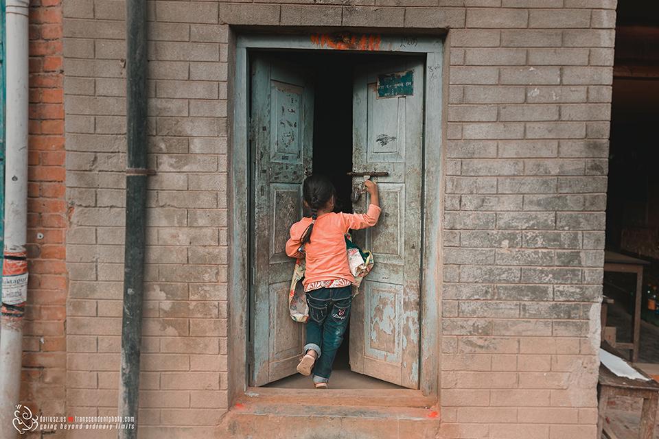 Bhaktapur, dziewczynka otwiera drzwi