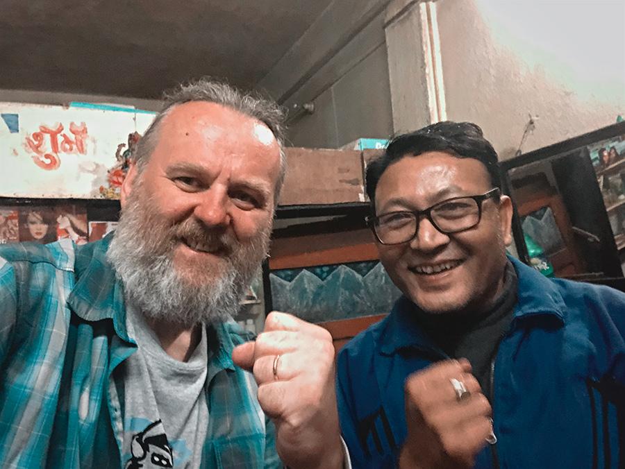Na zdjęciu Dariusz i niepowtarzalny fryzjer z Dhulikhel
