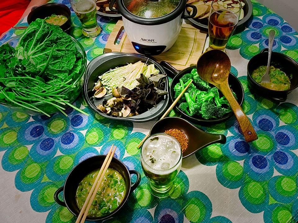 Stół na którym ustawiliśmy hot pot, a dookoła warzywa