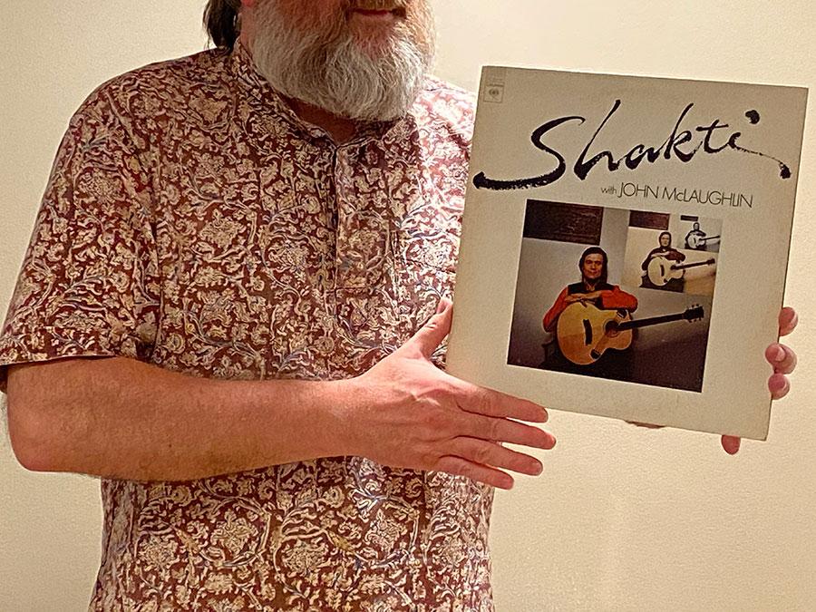 Zdjęcia przedstawia Dariusza trzymającego w rękach album Shakti