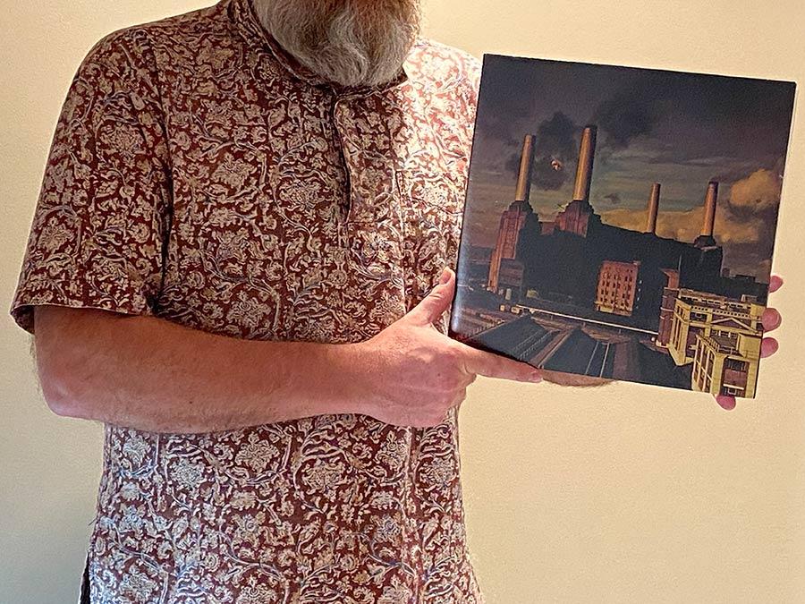 Na zdjęciu trzymam okładkę albumu Animals