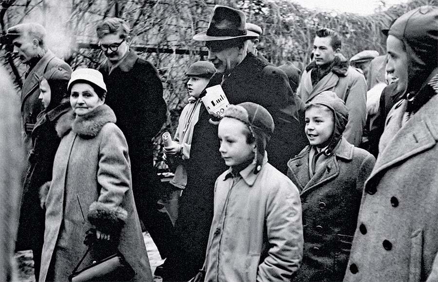 """24 listopada 1967 r. """"I tak was nie stać na mięso"""" Zdjęcie przedstawia Gomułkę wśród dzieci"""