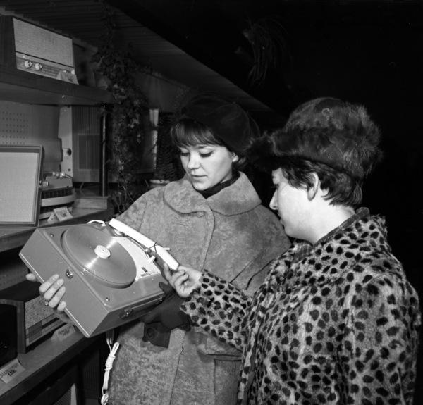 """Zdjęcie przedstawia gramofon """"Narcyz"""" G-260 dla męża pod choinkę? Przedświąteczne zakupy w grudniu 1968 roku. Autor- Roman Kotowicz"""