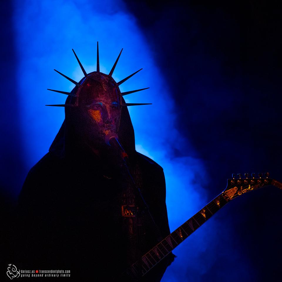 Zdjęcie przedstawia gitarzystę pewnego zespołu trash metalowego