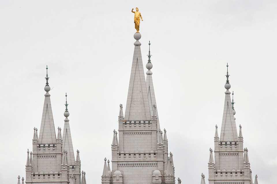 To koniec, posąg anioła Moroniego na szczycie Świątyni Salt Lake w Utah upuścił trąbkę podczas niedawnego trzęsienia ziemi.