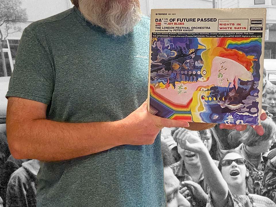 Na zdjęciu trzymam okładkę albumu The Moody Blues - Days of Future Passed, promującą mój wpis zatytułowany We wtorek po południu