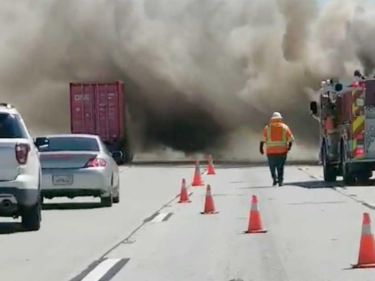 Po południu - zdjęcie przedstawia wypadek drogowy na amerykańskiej autostradzie