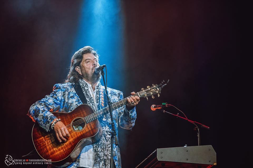 Alan Parsons z gitarą podczas koncertu